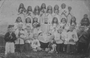I Komunia Święta w miejscowości Burakówka w pow. Zaleszczyki . Na zdjęciu  ks dr Ryszard Dola. Maria z d. Logoń najwyższy rząd, druga z lewej.